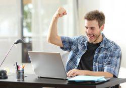 barbat-fericit-in-fata-laptopului