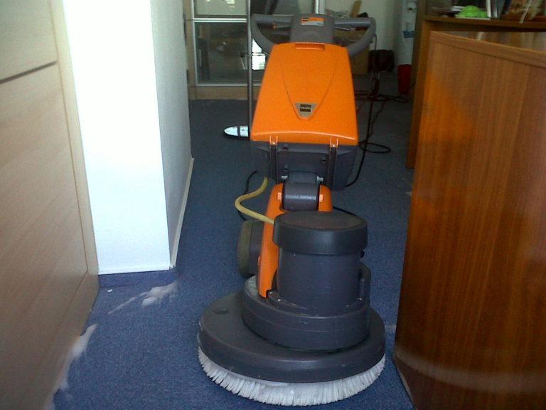 spalare-si-curatare-profesionala-mochete-covoare-scaune-sau-canapele-768x576